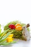 Estereier mit Häschen und Tulpen Lizenzfreies Stockfoto