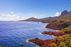 Esterel晃动海滩海岸和海 Agay戛纳圣拉斐尔轻便小床 库存图片
