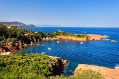 Esterel balança a costa e o mar da praia Costa Azur, Provence, França imagem de stock