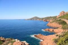 Esterel vaggar det strandkusten och havet Skjul Azur, Provence, Frankrike arkivbild
