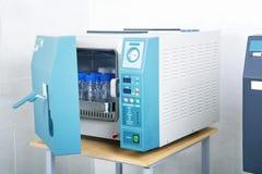Esterilizador moderno da autoclave do laboratório imagens de stock
