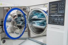 Esterilizador moderno de la autoclave del laboratorio en el departamento de la esterilización de la odontología imagenes de archivo