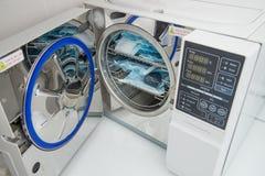Esterilizador moderno de la autoclave del laboratorio en el departamento de la esterilización de la odontología foto de archivo libre de regalías