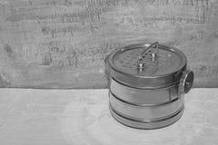 Esterilizador raro de aço velho do vapor para a esterilização dos instrumentos e de acessórios médicos no betão leve, contra o fu fotografia de stock