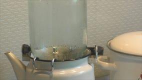 Esterilização dos frascos de vidro para vegetais de colocação em latas filme