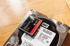 Estern Digital HDD com o cartão instantâneo compacto ultrarrápido dos CF de SanDisk Imagem de Stock Royalty Free