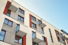 Esterni moderni delle costruzioni di appartamento Facciata di una costruzione di appartamento moderna fotografie stock