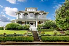 Esterno americano classico della casa del grande artigiano verde di lusso. fotografia stock