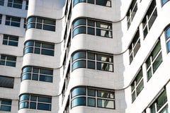 Esterno bianco della costruzione - facciata moderna della costruzione Immagini Stock Libere da Diritti