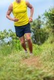 Esterno corrente dell'atleta dell'uomo sul funzionamento della traccia di forma fisica fotografia stock