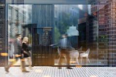 Esterno del caffè, finestre dello specchio, la gente Fotografie Stock