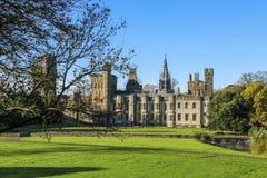 Esterno del castello di Cardiff nel centro di Cardiff nel sole di autunno fotografia stock libera da diritti