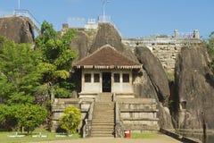 Esterno dell'entrata al tempio della roccia di Isurumuniya in Anuradhapura, Sri Lanka fotografia stock libera da diritti
