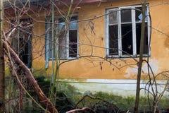 Esterno dell'finestre rotte di costruzione abbandonate Fotografia Stock