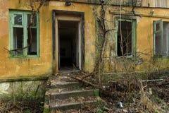 Esterno dell'finestre rotte di costruzione abbandonate Immagine Stock