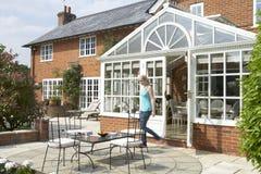 Esterno della Camera con il conservatorio ed il patio fotografie stock libere da diritti