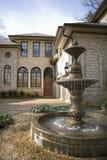 Esterno della casa con la fontana. Immagine Stock Libera da Diritti