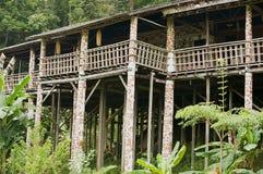 Esterno della casa lunga tribale di Ulu di orango tipico al villaggio culturale in Kuching, Malesia fotografia stock