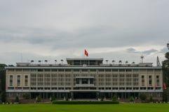Esterno della costruzione del palazzo di indipendenza in HCMC nel Vietnam immagini stock