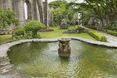 Esterno della fontana alle rovine della chiesa di Santiago Apostol in Cartago, Costa Rica fotografia stock libera da diritti