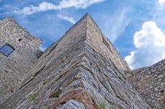 Esterno della parete fortificata medievale del castello, mostrante i merli fotografie stock