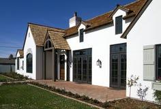 Esterno della parte anteriore di nuova casa moderna del deserto Immagini Stock Libere da Diritti