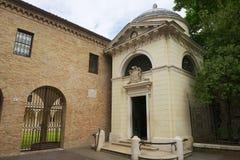 Esterno della tomba del Dante, una struttura neoclassica sviluppata da Camillo Morigia nel 1780 a Ravenna, Italia fotografia stock libera da diritti