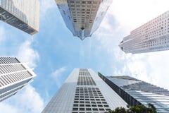 Esterno di alta costruzione moderna nel centro urbano di affari con il bl Immagine Stock