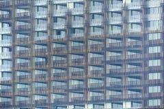 Esterno di costruzione con molte finestre del terrazzo del balcone fotografie stock