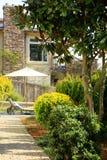 Esterno di lusso della casa Vista del cortile Immagini Stock