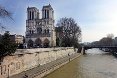 Esterno di Notre Dame Cathedral Viewed dalla Senna fotografia stock