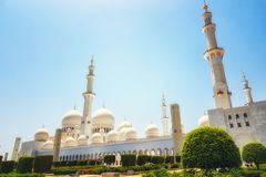 Esterno di Sheikh Zayed Mosque in Abu Dhabi È il larg fotografie stock libere da diritti