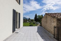 Esterno di una casa bianca moderna con un grande terrazzo fotografia stock libera da diritti