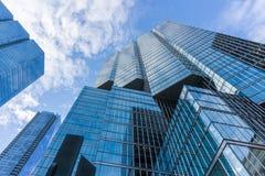 Esterno di vetro del cielo blu del grattacielo nuvoloso di riflessione fotografia stock