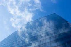 Esterno di vetro del cielo blu del grattacielo nuvoloso di riflessione immagine stock