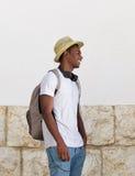 Esterno diritto del tipo felice con il cappello e la borsa Immagini Stock Libere da Diritti