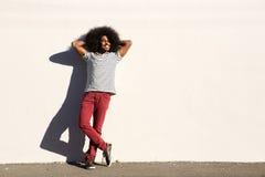 Esterno diritto dell'uomo casuale con le mani in capelli rilassati Fotografie Stock