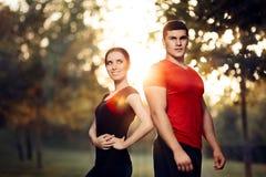 Esterno diritto dell'uomo e della donna di forma fisica in natura immagini stock