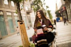 Esterno diritto della donna, caffè bevente da andare tenere un mobi Immagini Stock Libere da Diritti