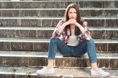 Esterno diritto della ragazza attraente sicura sulle scale di pietra Immagine Stock