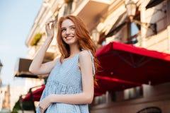 Esterno diritto sorridente della ragazza della testarossa Fotografia Stock Libera da Diritti