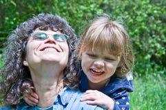 Esterno felice della ragazza del bambino e della nonna Immagini Stock