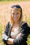 Esterno pieno di sole del ritratto allegro della giovane donna Fotografie Stock Libere da Diritti