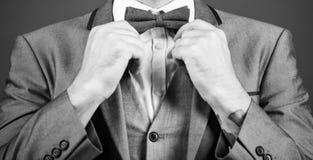 esteta art director alla moda cravatta a farfalla della correzione dell'uomo d'affari sposo di Bride dell'illusionista pronto per fotografia stock