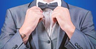 esteta art director alla moda cravatta a farfalla della correzione dell'uomo d'affari sposo di Bride dell'illusionista pronto per immagini stock