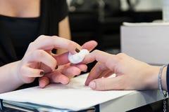 Esteticista que faz o tratamento de mãos Foto de Stock