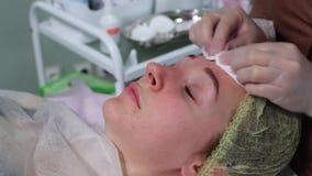 Esteticista que faz a preparação da injeção antes do procedimento filme