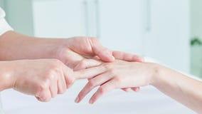 Estetista abile che subisce massaggio del braccio archivi video