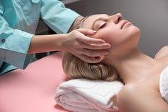 Estetista che fa il massaggio Immagine Stock