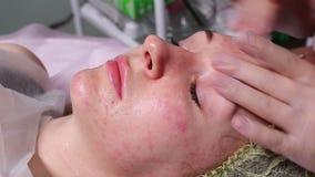 Estetista che fa iniezione nel fronte del ` s della donna, primo piano Procedura di Biorevitalization archivi video